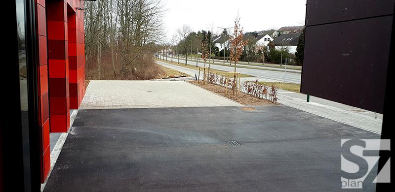 Vorne die Ein- und Ausfahrt für die Einsatzfahrzeuge; im Hintergrund die Übungsfläche